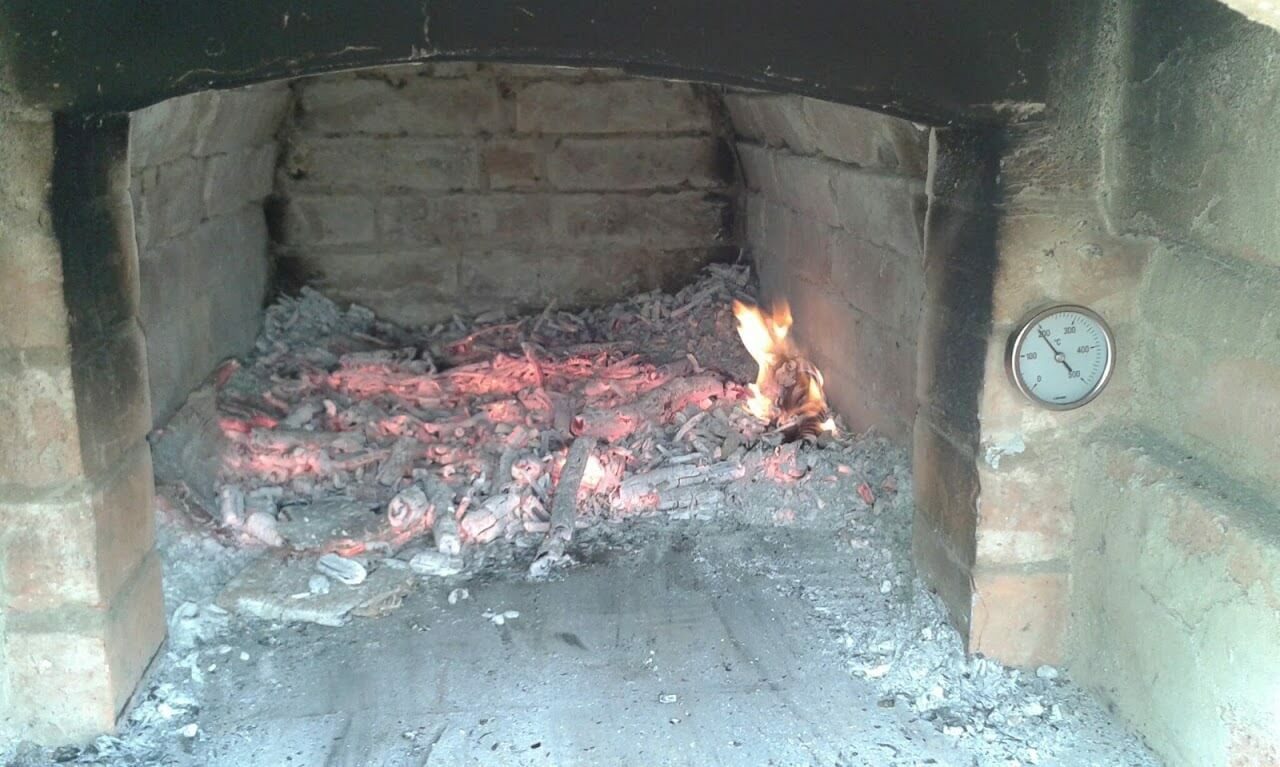 Kemencehőmérő a tűztér előtt